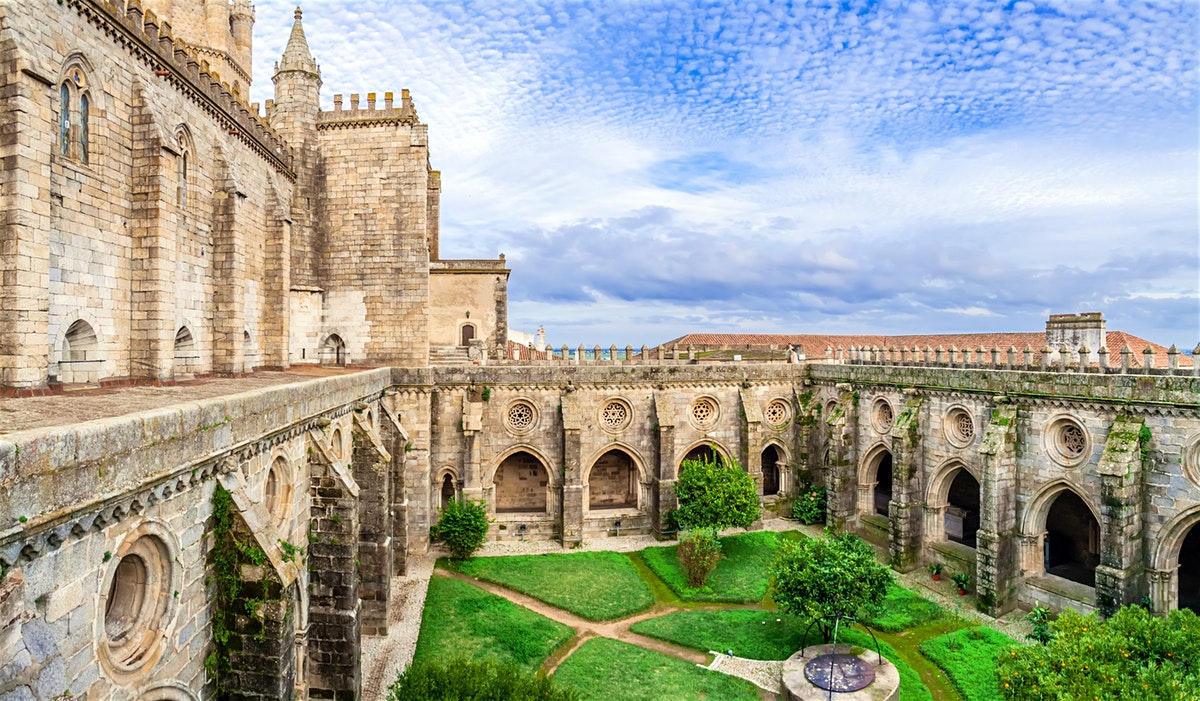 5 Fantastic Day Trips From Lisbon Worth Adding To Your Itinerary. Lisbon Travel Guide. Lisbon Day Trips. // WarmRental