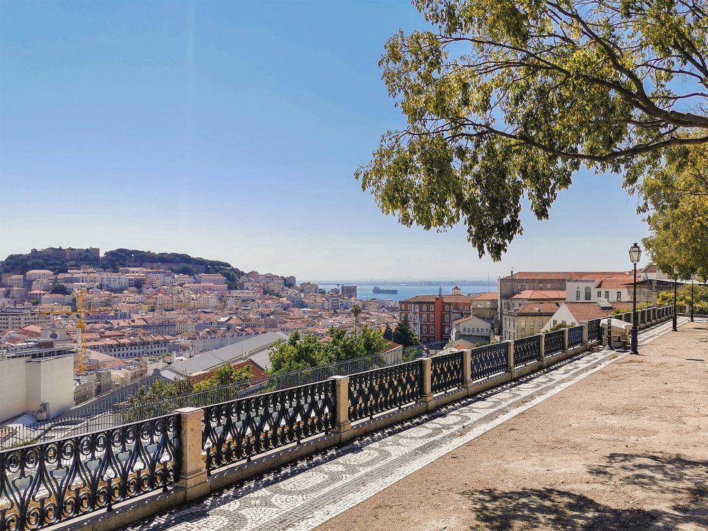 Miradouro de São Pedro de Alcântara // Os Melhores Miradouros Em Lisboa. Melhores Vistas de Lisboa // Warmrental