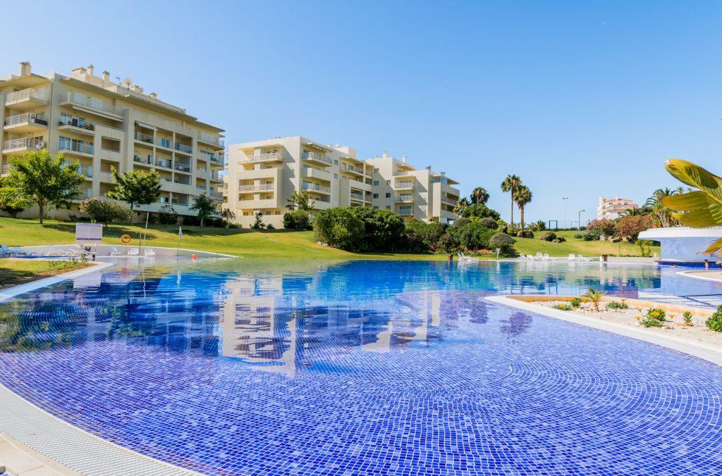 Férias no Algarve em Setembro? 9 Sugestões Fantásticas - apartamento piscina alvor